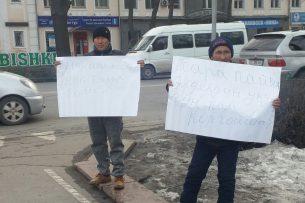 Возле Белого дома митингуют продавцы Ошского рынка