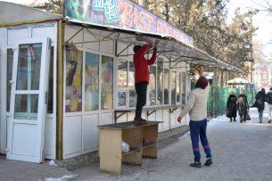 В Бишкеке сносят незаконную точку фастфуда и кафе