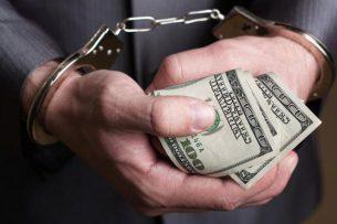 Вымогали 25 тыс. долларов: Задержаны сотрудники налоговой службы Бишкека