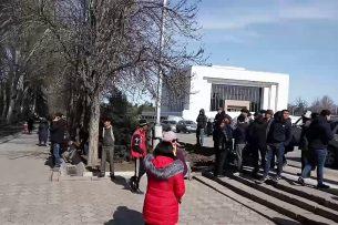 В Бишкеке начался митинг в поддержку Текебаева