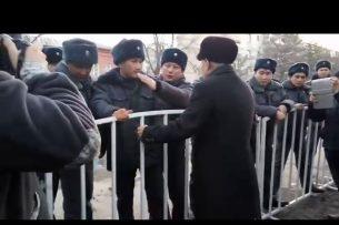 Правозащитник попытался прорваться в Первомайский суд через кордон