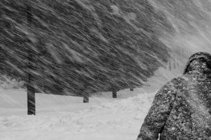 Гуманитарный груз МЧС застрял в горах из-за бурана
