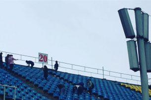 Федерация футбола чистит стадион от мусора собственными силами
