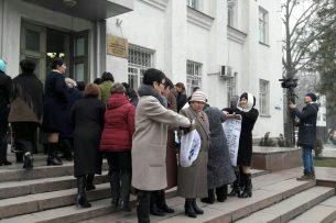 Сотрудники ЦСМ №7 митингуют против восстановления директора Аиды Рысбаевой