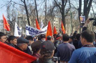 Сторонники Сыдыра Жапарова пришли к зданию ГКНБ