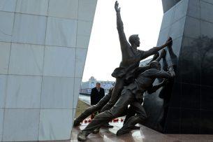 Алмазбек Атамбаев почтил память погибших во время Аксыйских событий 2002 года