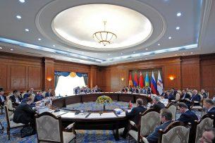 Атамбаев предложил 2017 год посвятить созданию лучших условий бизнесу на Евразийском пространстве
