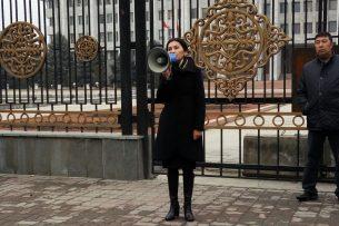 Митинг в поддержку Текебаева приостановлен на несколько дней из-за погодных условий