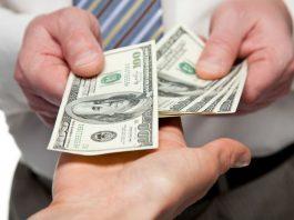 «Долларов нет». В Таджикистане вновь дефицит американской валюты