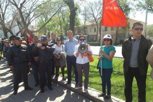 Возле «Белого дома» проходит митинг в поддержку Омурбека Текебаева