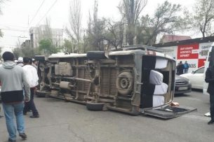 Бишкекчане помогли вытащить людей из перевернувшейся маршрутки