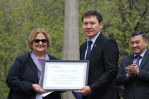Посол СШВ в КР подарила Минкультуры детских книг на почти 18,5 млн сомов