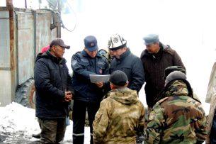 На Иссык-Куле оставшихся под завалами шахты мужчин ищут водолазы