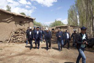 Спикер Чыныбай Турсунбеков посетил пострадавшие от землетрясения села на юге Кыргызстана