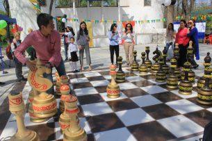 В столичном парке имени Ататюрка установлены большие уличные шахматы