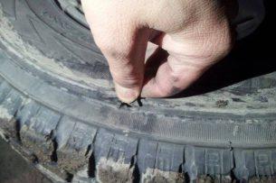 Мэрия выплатила бишкекчанину 2300 сомов за проколотую шину