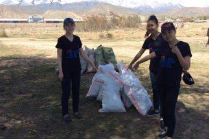 Волонтеры вывезли с берега Иссык-Куля 8 тонн мусора