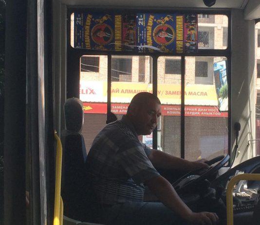 В Бишкеке водители автобусов и троллейбусов начнут объявлять остановки