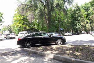 Читатель K-News: Неизвестный припарковал «Mercedes-Benz» на перекрестке