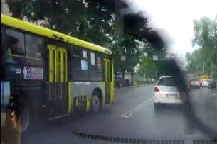Очевидец: водитель автобуса №38 выехал на встречную полосу