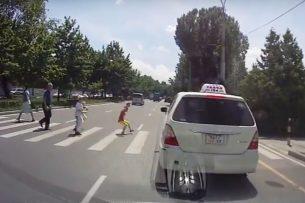 Таксист едва не сбил ребенка на «зебре» у площади Победы