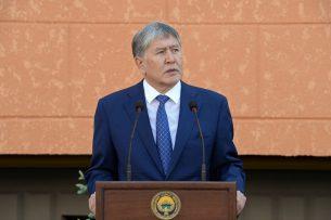 Алмазбек Атамбаев вручил ключи от новых квартир сотрудникам ГКНБ