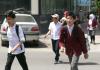 Старшеклассники помогают школьникам переходить через дорогу