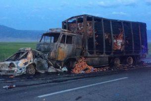 В результате ДТП на трассе Бишкек-Алматы заживо сгорели два человека (фото, видео)