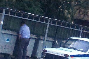 Милиционеру, справившему нужду на улице в центре Бишкека, грозит увольнение