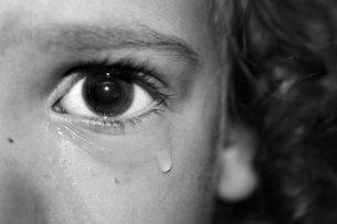 Впервые отец изнасиловал девочку, когда ей было 6 лет. Как изменилась жизнь бишкекчанки, которая в течение трех лет подвергалась насилию