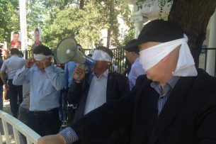 Сторонники Текебаева завязали глаза в знак протеста