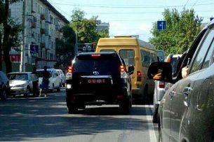 Читатель K-News: В центре Бишкека внедорожник с дипломатическими номерами грубо нарушил ПДД
