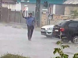 Промокший под ливнем регулировщик стал героем Кирнета (видео)