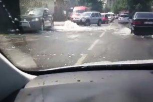На улице Курманжан Датки из-за аварии на теплосети затопило проезжую часть (видео)