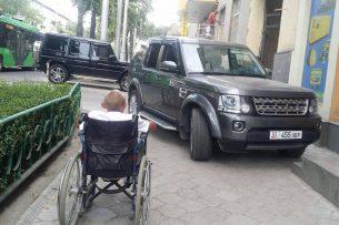 Припаркованный на тротуаре в Бишкеке внедорожник закрыл проезд инвалиду-колясочнику
