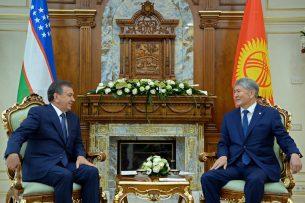 Шавкат Мирзиёев пригласил Алмазбека Атамбаева посетить Узбекистан с официальным визитом