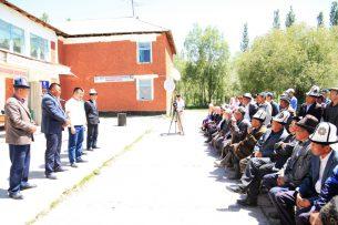 Мэр Оша передал 2,3 млн сомов пострадавшим от землетрясения жителям Чон-Алая
