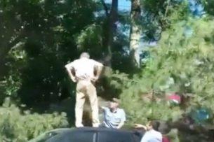 Спасался от милиционеров на крыше автомобиля: видео очевидца