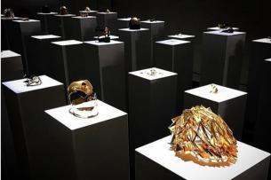 Женщина сломала экспонаты на $200 тыс., делая с ними селфи