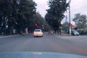 Очевидец: Водитель проехал перекресток на «красный», проигнорировав велосипедиста и женщину с коляской