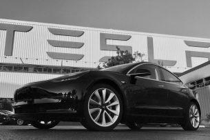 Илон Маск стал первым обладателем нового электромобиля Tesla Model 3