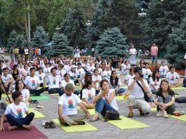 Бишкекчане приняли участие в грандиозном флешмобе, посвященном Международному дню йоги