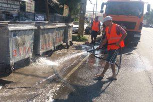 Сотрудники МП «Тазалык» проводят дезинфекцию мусорных контейнеров