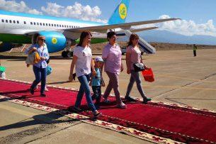 В аэропорту Тамчы приземлился первый самолет с туристами из Узбекистана (видео)