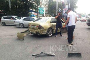 Очевидец K-News: В центре Бишкека столкнулись Lexus и Mercedes-Benz (фото)