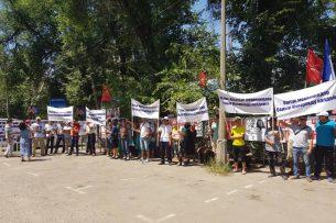 Возле Первомайского суда проходит митинг в поддержку Садыра Жапарова (фото, видео)