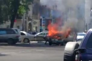 Очевидец K-News: В центре Бишкека сгорел автомобиль (видео)