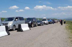 Огромные пробки на КПП «Каркыра» мешают казахским туристам попасть на отдых на Иссык-Куль