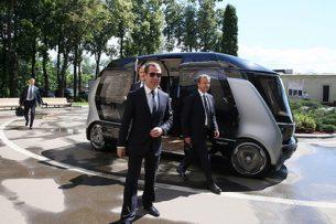 Дмитрий Медведев прокатился на беспилотном автобусе