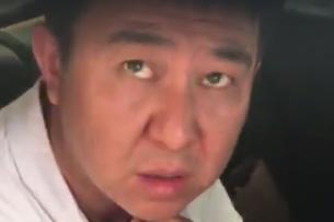 Мужчина в штатском и на патрульной машине отобрал телефон у снимавшего его автолюбителя (видео)